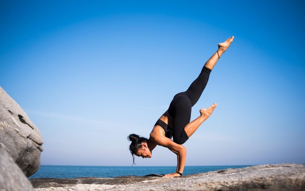 Yoga Pose vor dem Meer - Fitnesswelt.com Header