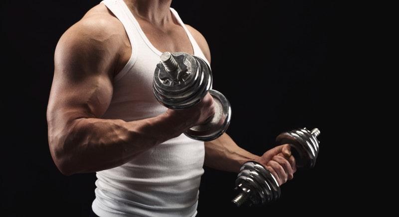 Muskelaufbau ohne Geräte - ein paar Hanteln ersetzen das beste Fitnessstudio