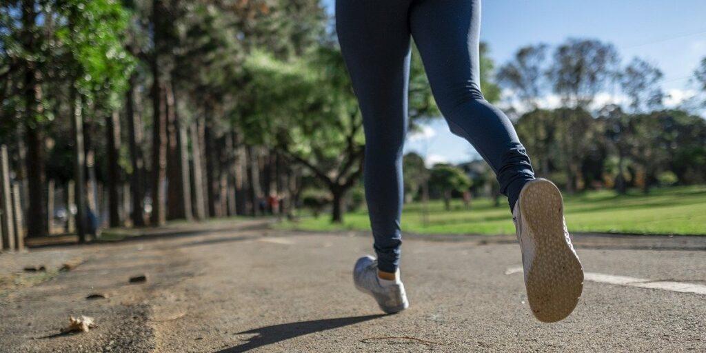 Kalorienverbrauch beim Joggen berechnen - Wie geht das? Hier erfährst du, wie viel Energie du beim Joggen tatsächlich verbrauchst.