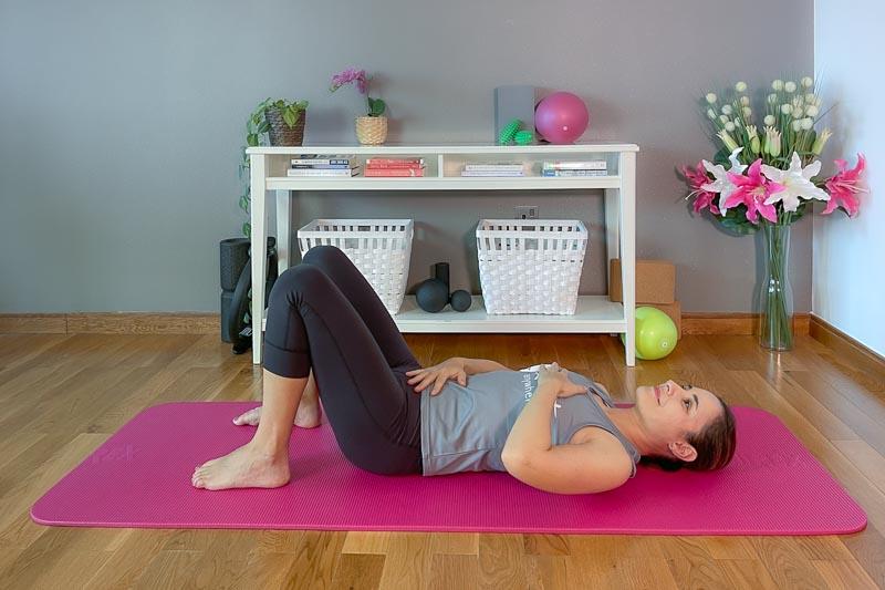 Pilates Beckenbodentraining mit Hände auf Bauch und Brustkorb