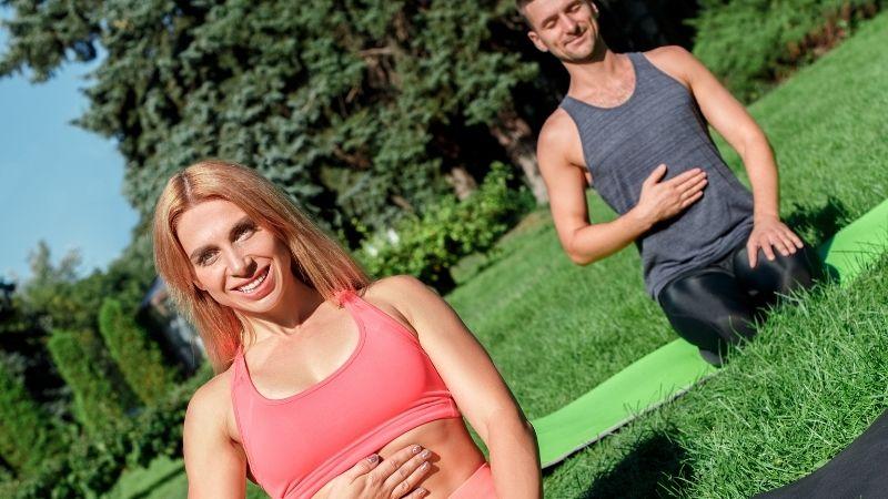 Pilates wann einatmen wann ausatmen: übe die Pilates Atmung im Sitzen