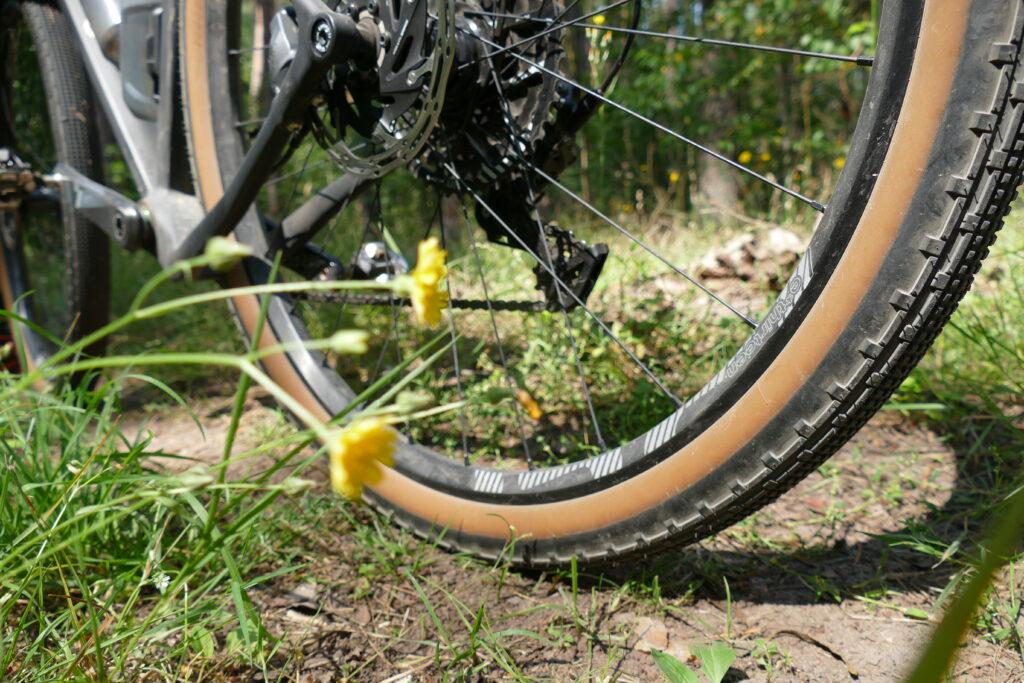 Das Gravelbike - mit seinen breiten Reifen ideal für Schotter und Kies.