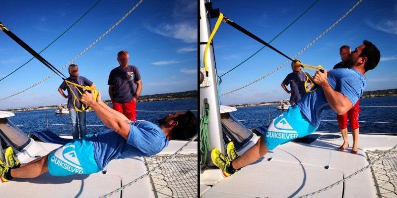 Horizontales Rudern mit einem Schlingentrainer - immer eine gute Übung für Deinen oberen Rücken