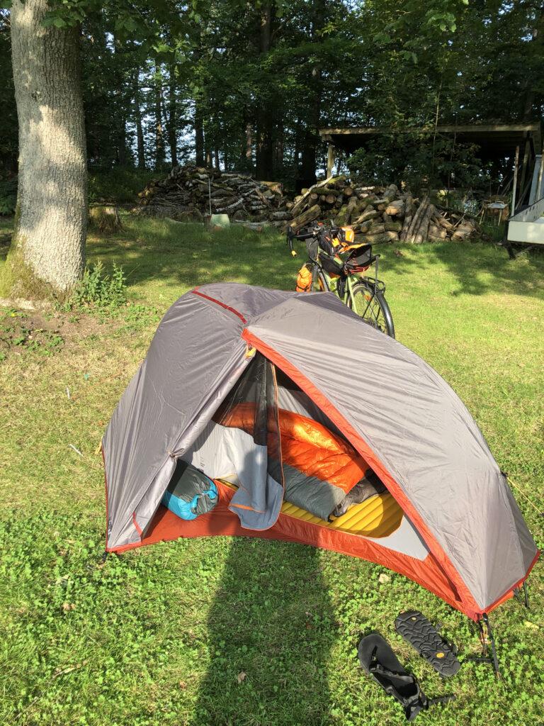 Zelten beim Bikepacking - das richtige Schlafsystem für deine Radreise finden.